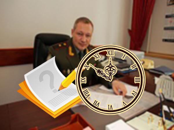 Кабинет военного, часы и документы с вопросом