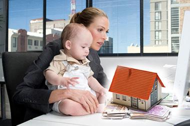 Женщина с ребенком и дом