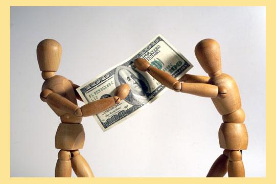 Человечки держутся за деньги