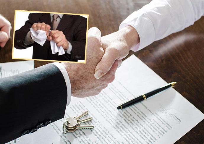 Сделка и рукопожатие и разрывание документа