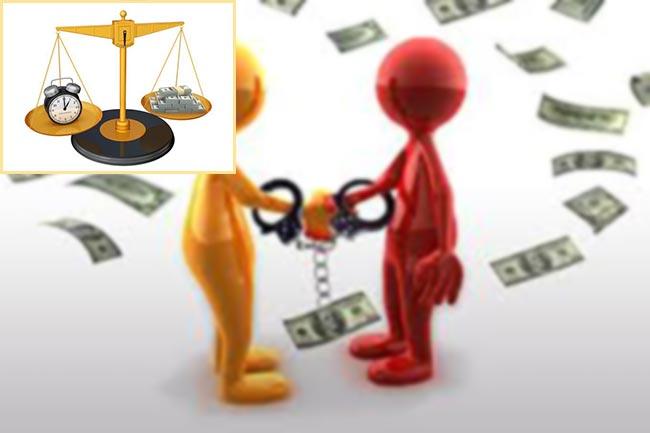 Весы с деньгами и часами и поручительство