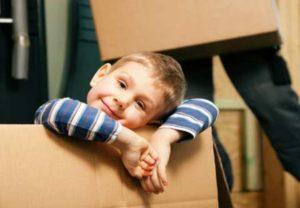 Ребенок в коробке для переезда
