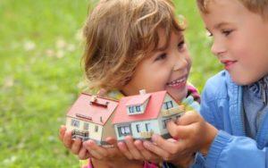 Дети играют в дом