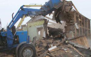 Снос самовольной постройки трактором