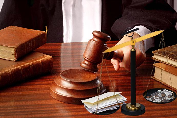 Судья с молоточком и весы