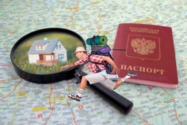Карта, дом под лупой и паспорт, турист