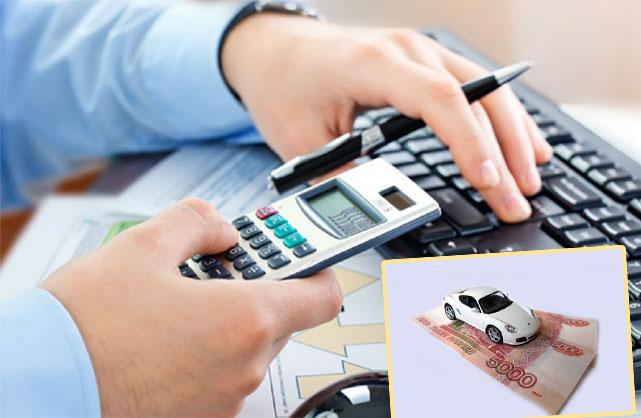 Человек считает на калькуляторе, авто и деньги