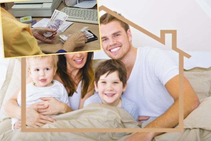 Семья в домике и выдача денег