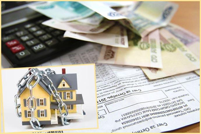 Дом в долгах цепях, квитанции деньги и калькулятор