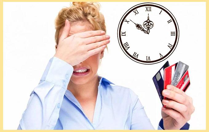 Женщина с закрытыми глазами кредитки и часы