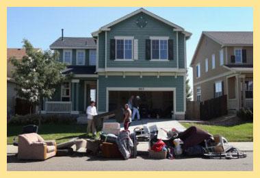 Дом и вещи на улице