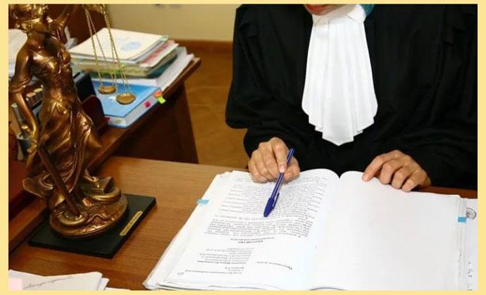 Судья рассматривает дело