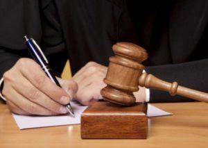 Судья подписывает документ