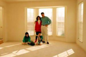 Семья в квартире из новостройки