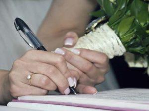 Невеста подписывает бумаги