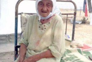 Пожилая женщина на кровати