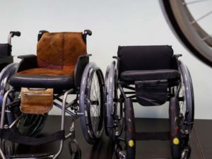 Два кресла для сидячих